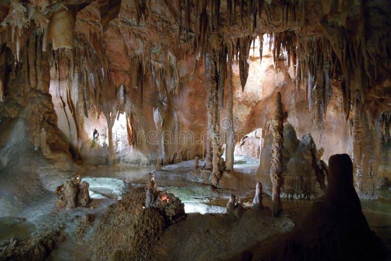 Stalactieten en stalagmieten stock afbeeldingen