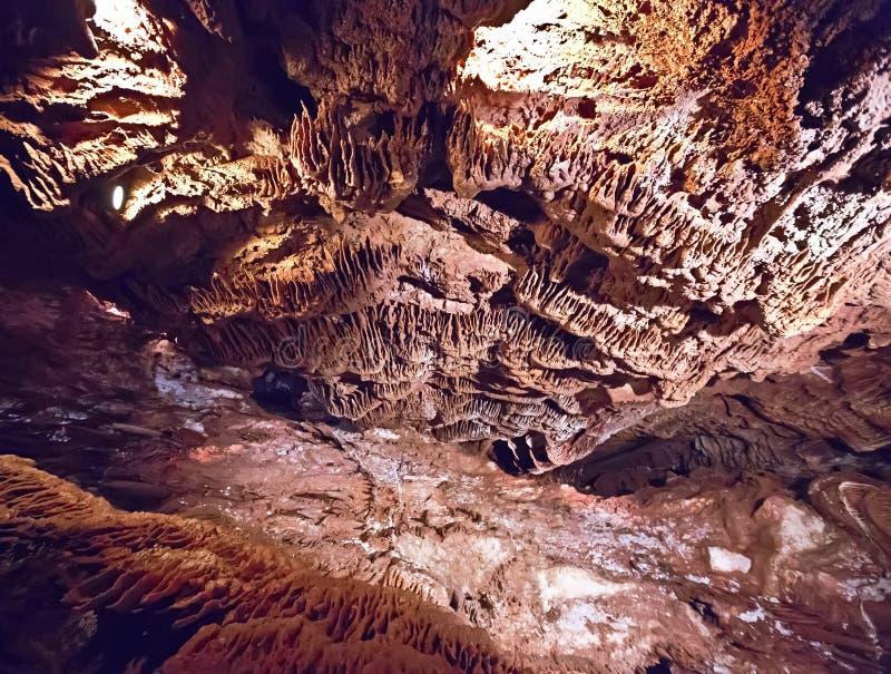 Stalactieten en stalagmieten in een hol stock fotografie