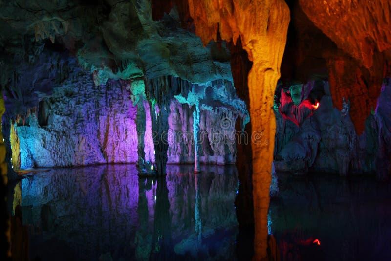 stalactites colorées de réflexion photographie stock