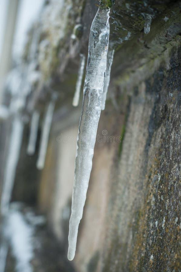 stalactites de glace sur le mur lapidé images libres de droits
