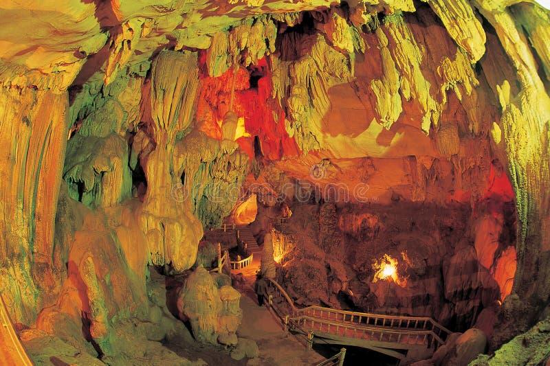 Stalactites et formations de caverne image libre de droits