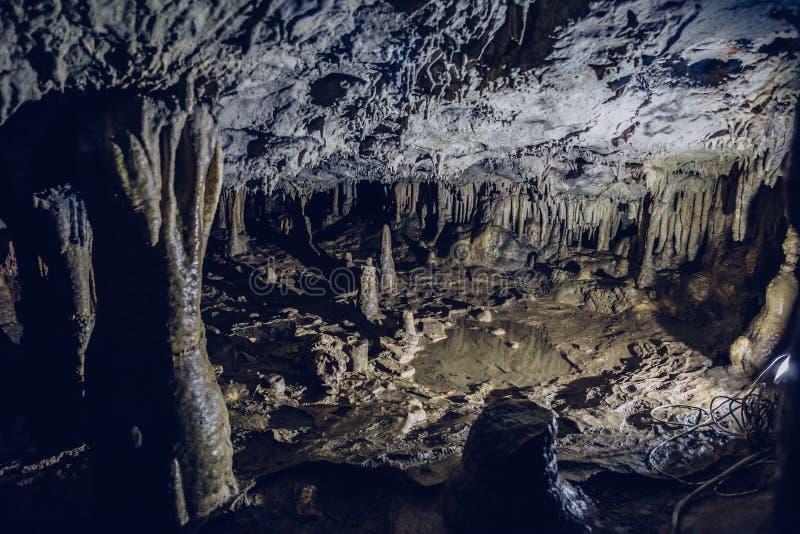 Stalactites et stalagmites à l'intérieur de la caverne souterraine avec le humidité élevé images stock