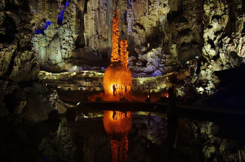 Stalagmites et stalactites dans une caverne, Chine photos libres de droits