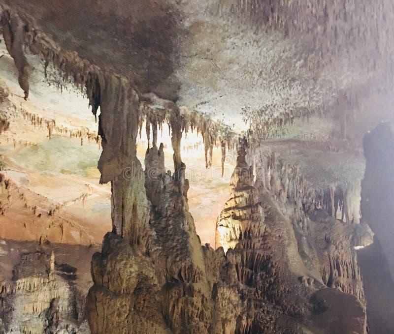 Stalagtites und Stalagmite von Rickwood-Höhlen lizenzfreie stockfotos