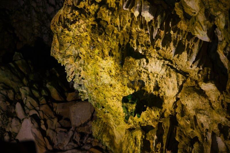 Stalaktit och stalagmit i den Dirou grottan, Grekland arkivbilder