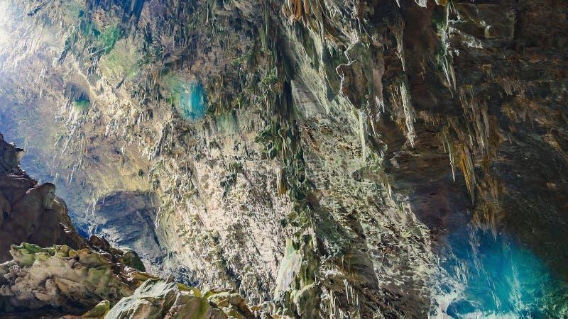 Stalaktit och vaggar bildande på taket av grottan arkivfoto