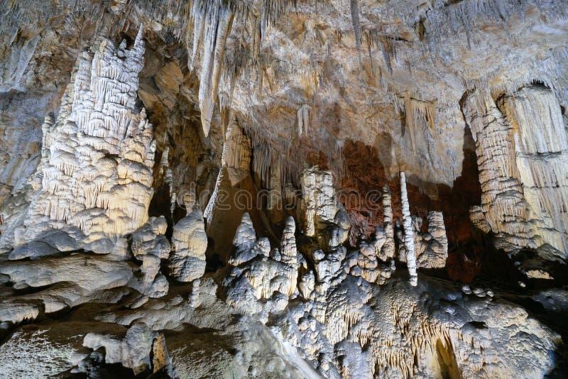 Stalattiti e stalagmite in caverna Francia fotografia stock libera da diritti