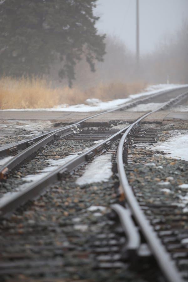 StAlbert, Alberta, jour d'hiver brumeux canadien sur la voie neigeuse de train photo libre de droits