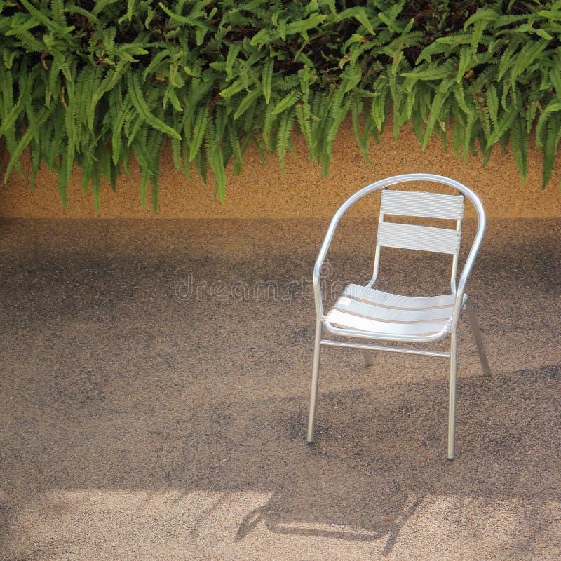 Stali nierdzewnej krzesło w ogródzie fotografia stock