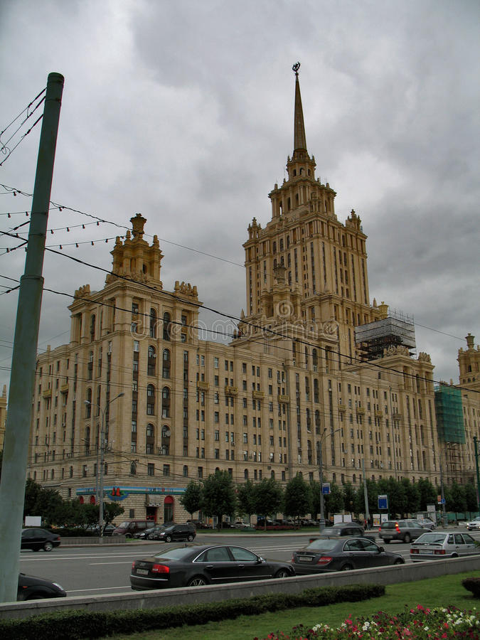 Stalin& x27; s-skyskrapa i Moskva arkivfoton