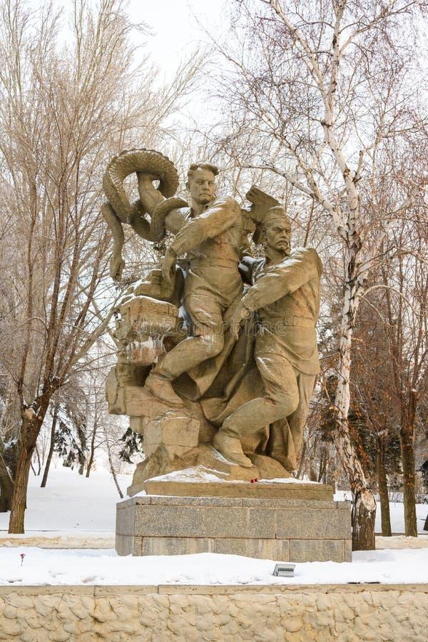 stalingrad Rusia - 3 de febrero de 2019 La composición escultural - el hundimiento del fascismo en el cuadrado de los héroes en M foto de archivo