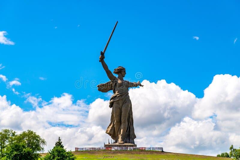 STALINGRAD, RUSIA - 26 DE MAYO DE 2019: Monumento de las llamadas de la patria en Stalingrad, Rusia fotos de archivo