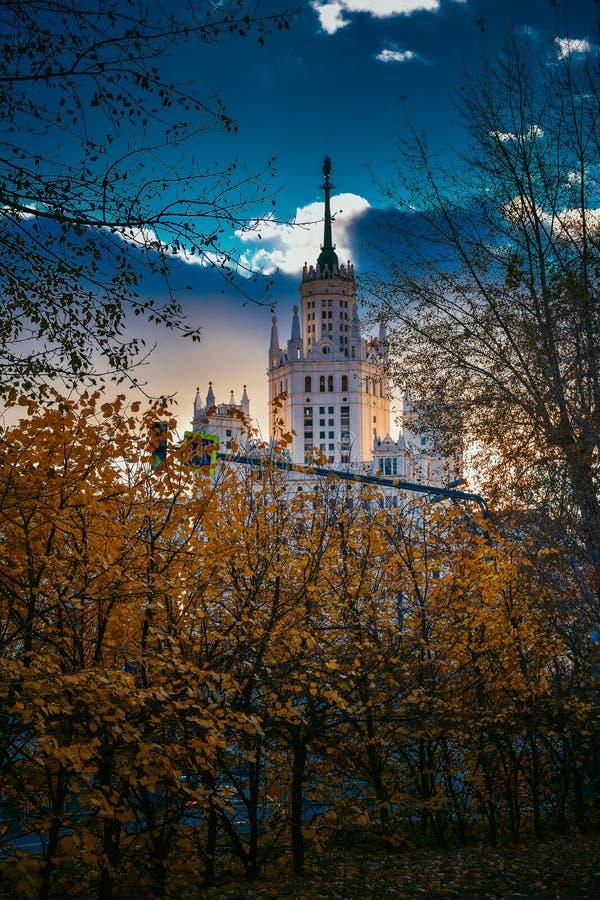 Stalinist wolkenkrabber door de de herfstbomen bij zonsondergang royalty-vrije stock foto's