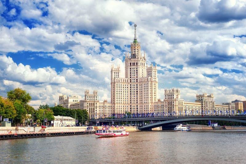 Stalinist wolkenkrabber op Moskva-rivier, Moskou, Rusland stock afbeelding