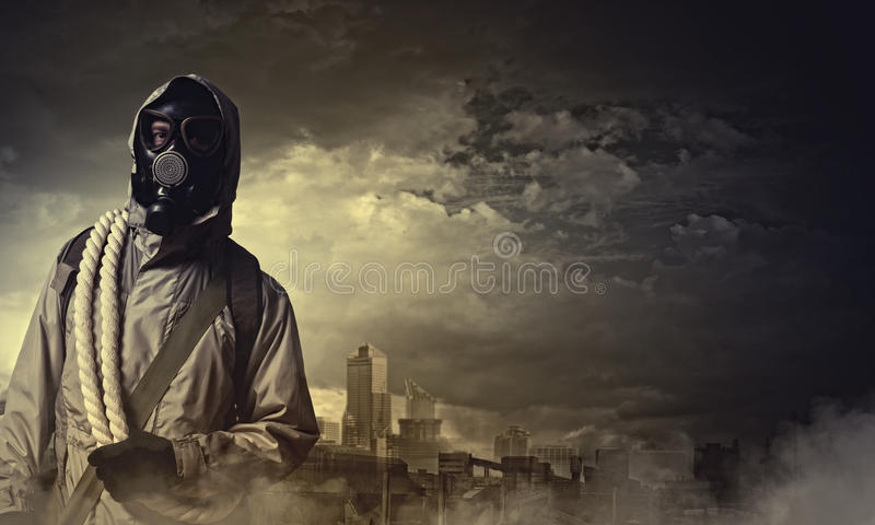 Stalker i gasmask arkivfoto