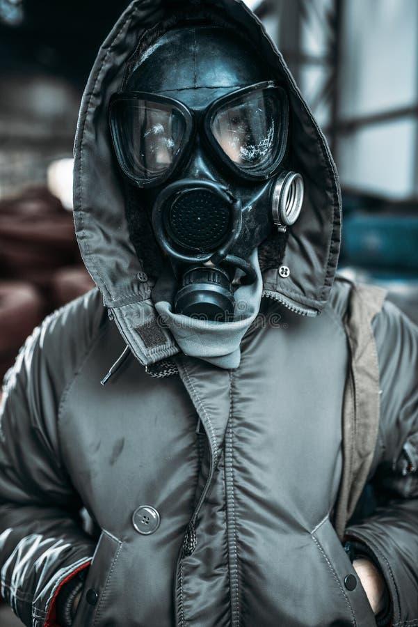 Stalker i gasmasken, utstrålningsfara royaltyfri fotografi