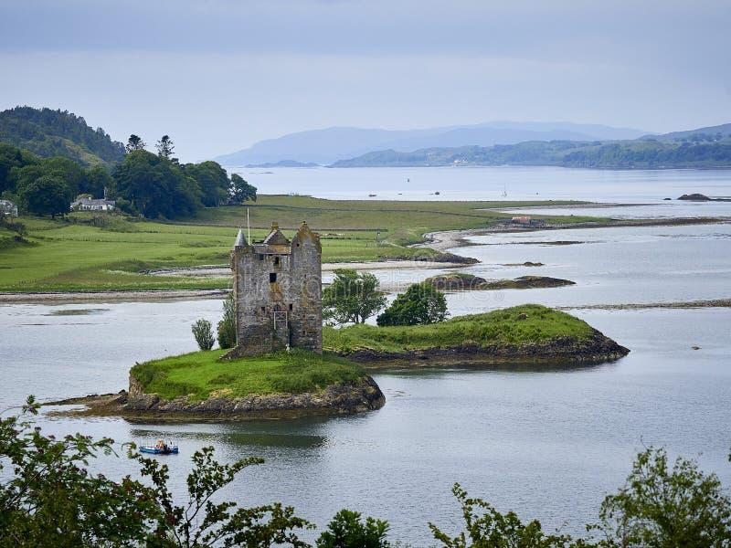 Stalkerkasteel in Argyle Scotland door water wordt omringd dat royalty-vrije stock afbeelding