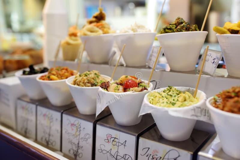 Stall im Freien mit verschiedenen Meeresfrüchten Mittelmeerstraßennahrung stockbild