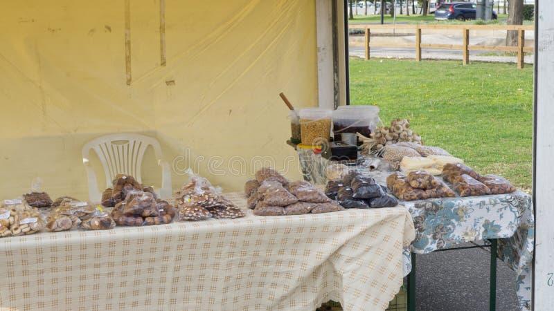 Stall med traditionella portugisiska sötsaker i Algarve fotografering för bildbyråer