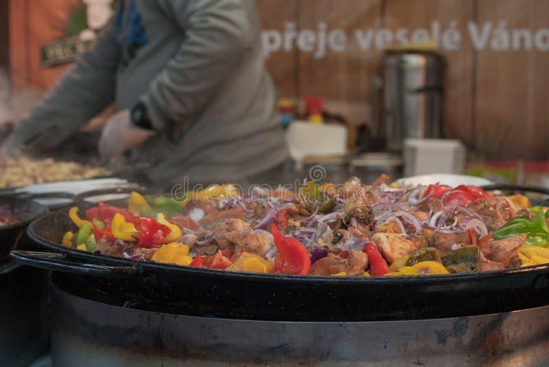 Stall mit dem Kochen der Mahlzeit in den großen Wannen lizenzfreie stockfotografie