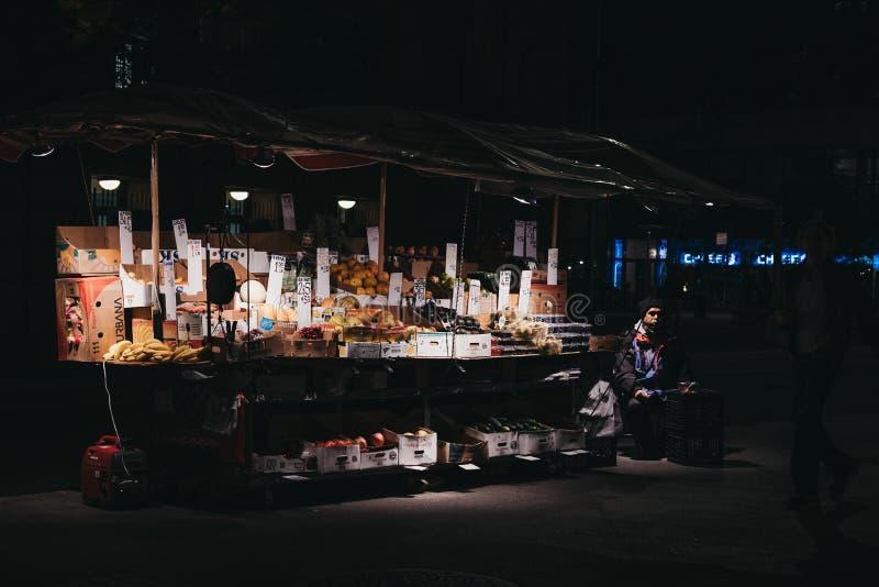 Stall mit Obst und Gemüse im Verkauf auf New- Yorkstraße, USA stockfoto