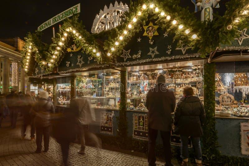 Stalla degli arricciamenti al mercato di natale, Stuttgart immagini stock