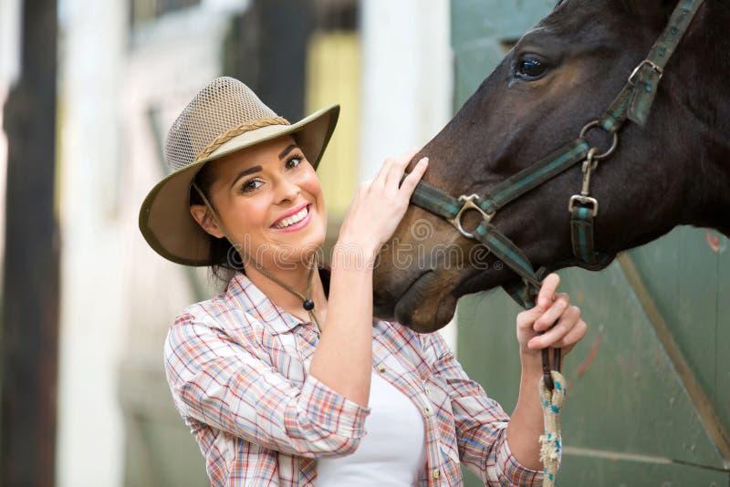 Stalla del cavallo del cowgirl immagine stock libera da diritti
