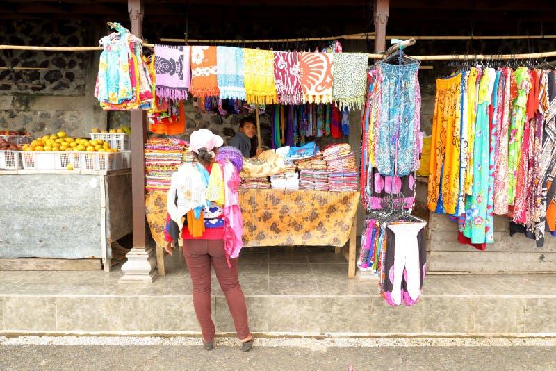 Download Stalla del mercato in bali immagine stock editoriale. Immagine di occupato - 55355154