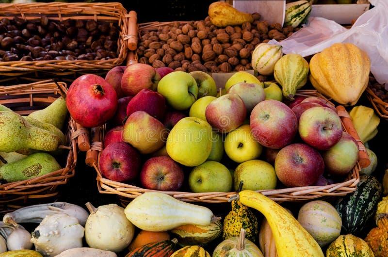 Stalla del mercato dell'agricoltore con frutta e le verdure fotografie stock libere da diritti