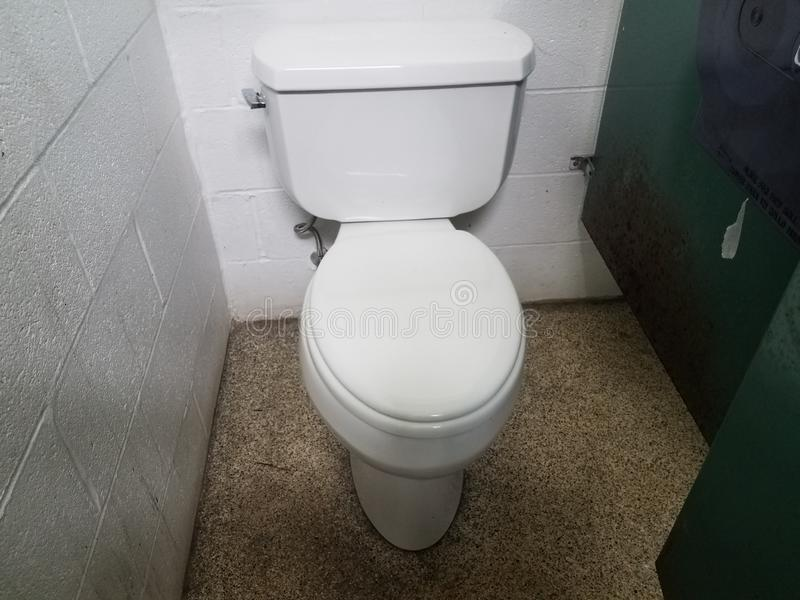Stalla di bagno verde sporca o ripugnante del metallo con la toilette fotografie stock libere da diritti