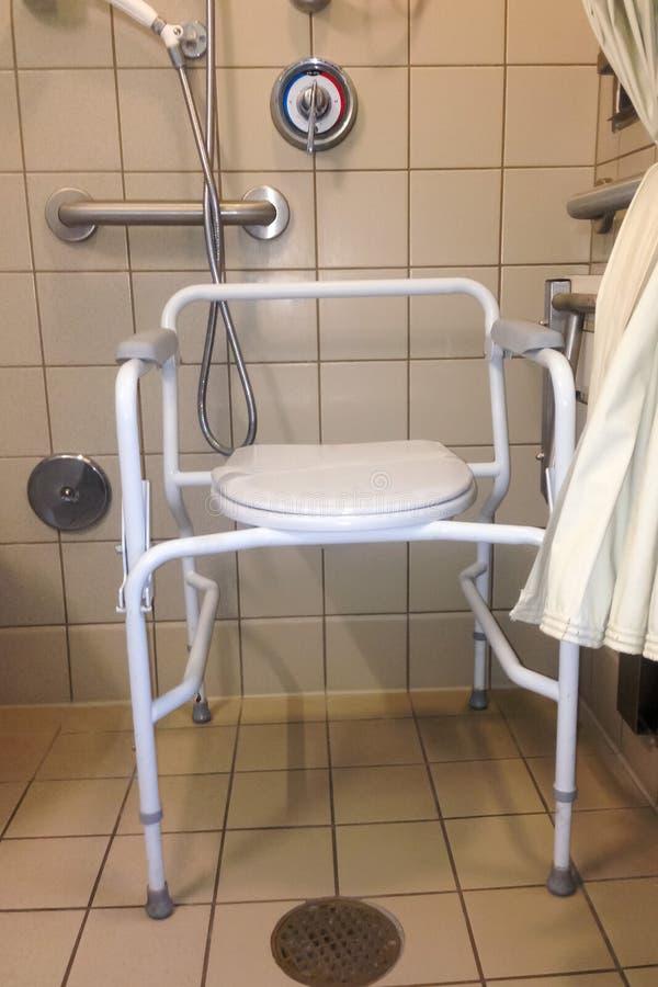 Stalla di doccia dell'ospedale con il cassettone del lato del letto fotografia stock libera da diritti