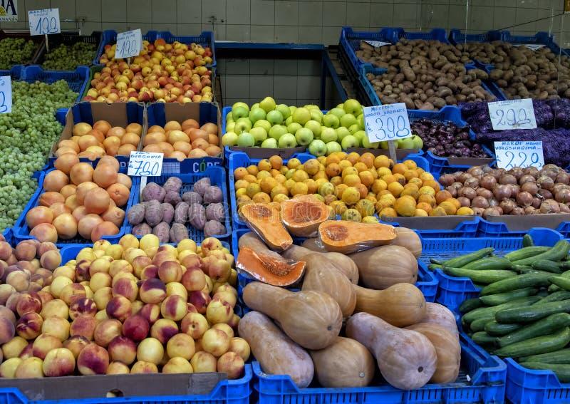 Stalla di verdura e della frutta, mercato centrale Corridoio, Budapest, Ungheria di I Szamu Varcsarnok fotografia stock libera da diritti