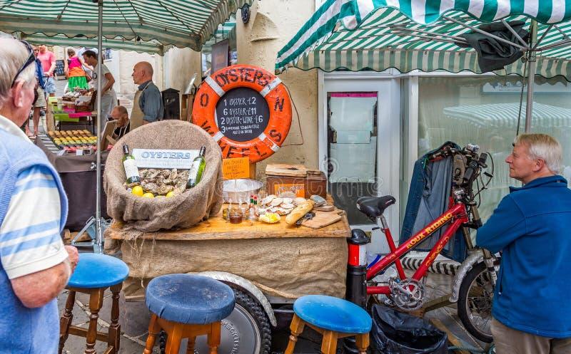Stalla di via che vende le ostriche al mercato di Frome domenica in Frome, Somerset, Regno Unito fotografie stock libere da diritti