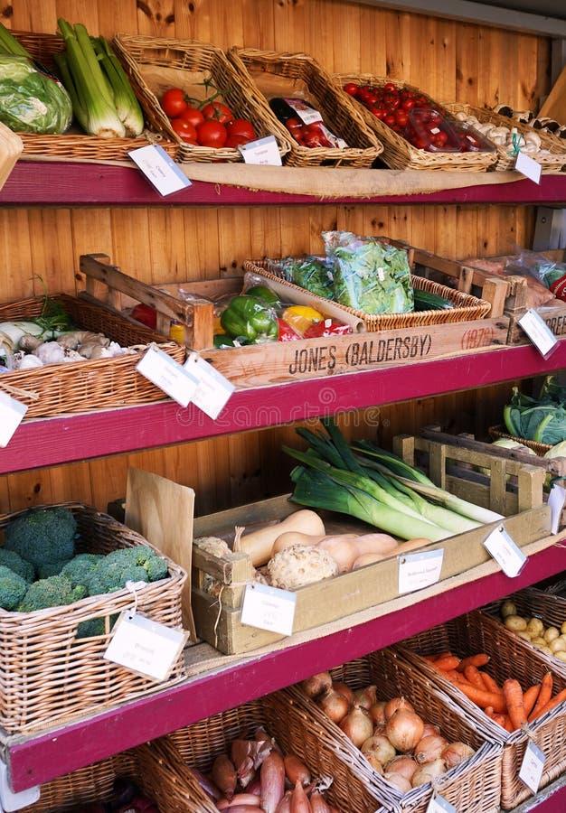 Stalla variopinta del mercato in pieno delle verdure sane - Inghilterra, U k immagine stock libera da diritti