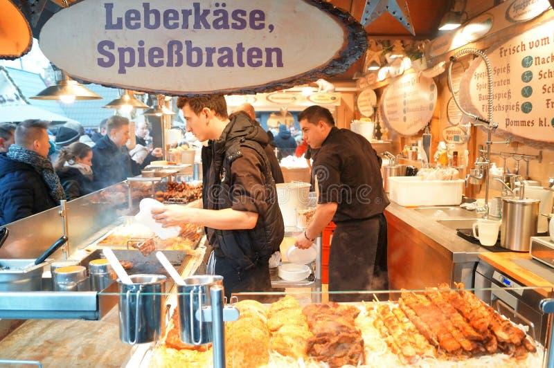 Stalle allemande de nourriture au marché photographie stock