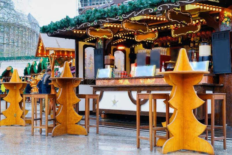 Stalle au marché de Noël chez Kaiser Wilhelm Memorial Church en hiver Berlin, Allemagne Advent Fair Decoration et stalles avec photos stock