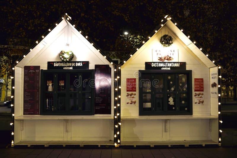 Stalle au marché de Noël dedans dans la place d'Unirii de Cluj Napoca images stock