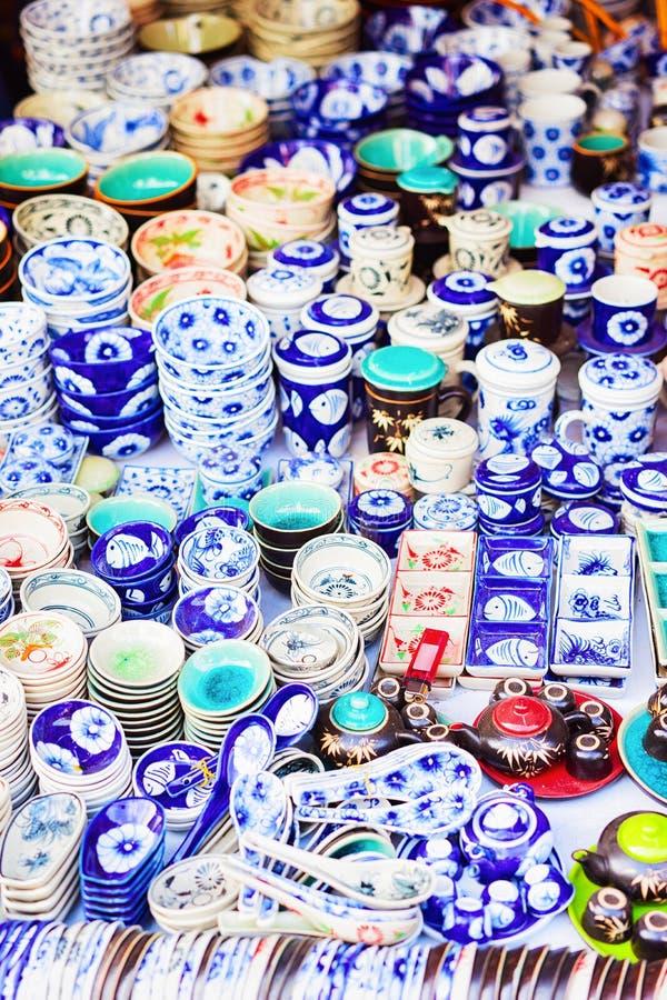 Stalle avec des articles de céramique sur le marché en plein air en Hoi An images stock