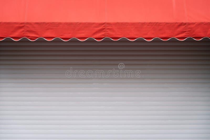 Stalle blanche avec le parasol rouge photographie stock libre de droits
