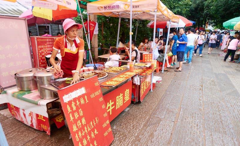 Stalle chinoise de nourriture, support de nourriture de rue dans Guangzhou Chine images libres de droits