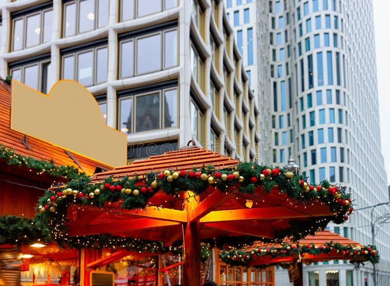 Stalle décorée au marché de Noël chez Kaiser Wilhelm Memorial Church en hiver Berlin, Allemagne Advent Fair Decoration et stalles photo libre de droits
