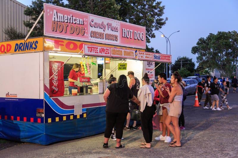 Stalle d'aliments de préparation rapide à un carnaval d'été dans le bâti Maunganui, Nouvelle-Zélande photo libre de droits