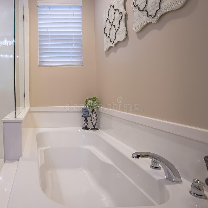 Stalle de douche murée en verre de place et baignoire brillante à l'intérieur de la salle de bains d'une maison images stock