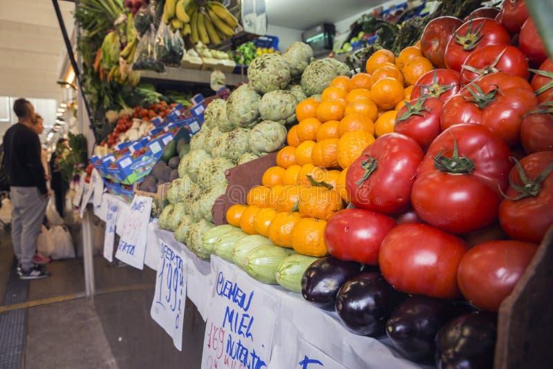Stalle de marché de nourriture de ` d'agriculteurs avec la variété de légume organique image libre de droits