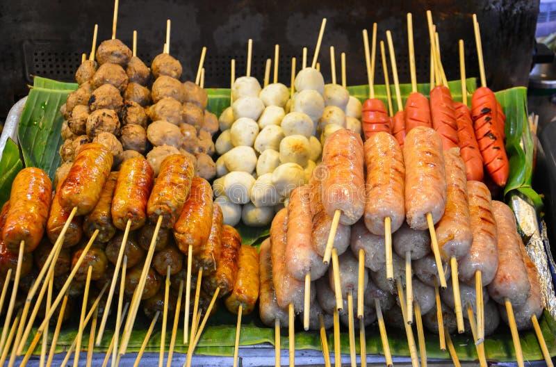 Stalle de nourriture, nourriture de rue à la rue de marche du marché de nuit, pile des saucisses et boules de viande sur la broch photographie stock