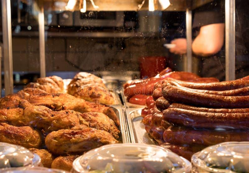 Stalle de regard délicieuse de nourriture sur un marché hongrois photographie stock libre de droits