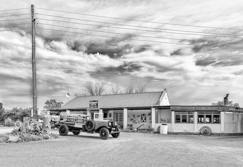 Stalle de route de Kambro près de Britstown avec le camion de cru évident monochrome images stock