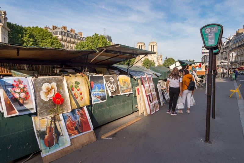Stalle di libro dell'annata e della pittura lungo il fiume la Senna e Notre fotografia stock