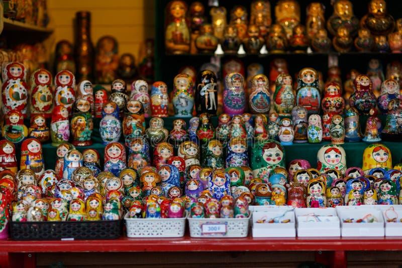 Stalle di via con le bambole di incastramento fotografia stock