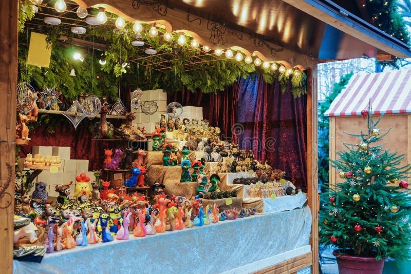 Stalle du marché de Noël chez Kaiser Wilhelm Memorial Church en hiver Berlin, Allemagne Advent Fair Decoration et stalles avec de photographie stock libre de droits